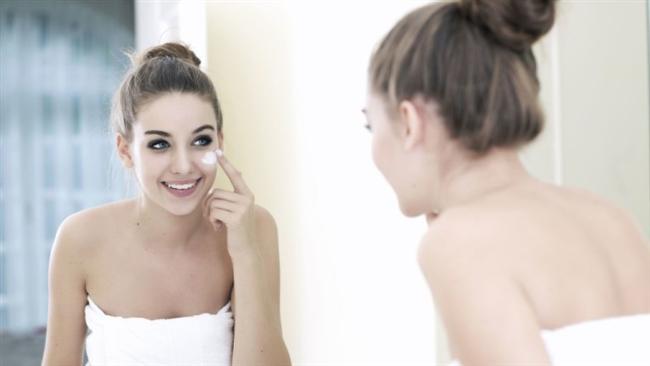 Cildinizi nemlendirin. Yeni çıkan bir çok nemlendirici gün boyu etkiye sahip. Proteinli ve bitki özlü olanlar ise cildi aktif hale getirip üzerinde koruyucu bir tabaka oluşturmasını sağlıyor.