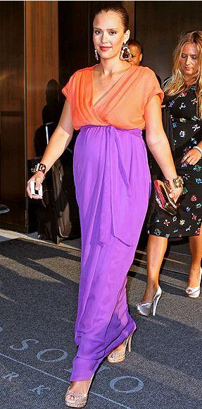 Jessica Alba taşlı topuklu ayakkabılarıyla
