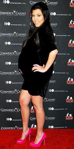 Kourtney Kardashian pembe rugan ayakkabılarıyla