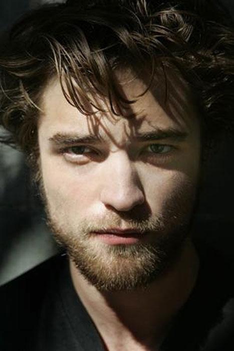"""Akılları alan görünümüne rağmen, Robert Pattinson bayanlara karşı oldukça utangaç. """"Utangaç, çekingendim ve hiç kendime güvenim yoktu,"""" diyor. """"17 yaşım hayatımın en kötü dönemlerinden biriydi, çünkü yaşamdaki yerimi arıyordum.   Senelerdir aynı kıza takıntılıydım ama fazla utangaç olduğum için onunla hiç konuşamadım. Yıllar sonra, ona bunu söylediğimde şok oldu çünkü hiçbir şey fark etmemişti. Ama aktör olmamım sebebi odur."""""""