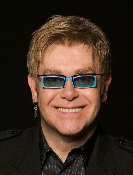 """Rufus Wainwright, Elton John'un utangaç olduğunu iddia ediyor; İnsanların onun ne kadar utangaç olduğunu fark ettiğini sanmıyorum. Biraz Oz Büyücüsü gibi. Bir yanda saltanat ve ün söz konusu ama hepsinin altında kendini son derece önemsiz hisseden bu tatlı küçük adam var ki bu elbette oldukça ironik.""""  (Milliyet)"""