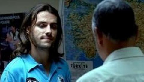 Bu uzun saçlı genç adam size de bir yerdenden tanıdık geldi mi...