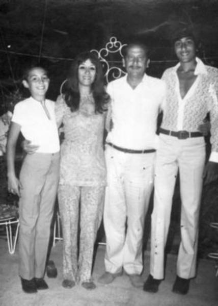Bu fotograftaki iki ünlüyü tanıyabildiniz mi? Sol baştaki genç, 1970'lerden bu yana TV ekranlarında. En sağdaki uzun boylu gencin bir zamanlar basketbol sahalarıın yıldızı Efe Aydan olduğunu söylersek kardeşinin kim olduğunu da hemen bulacaksınız...