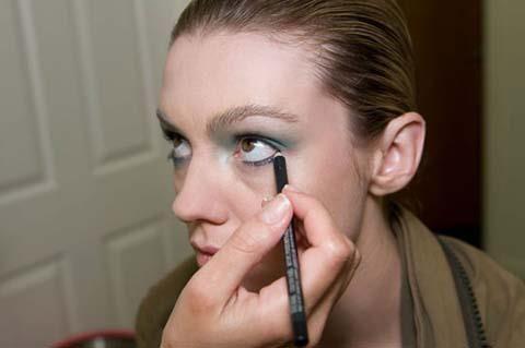 Alt göz kapağınızın içine de çekin siyah göz kaleminizi.