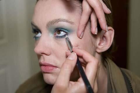 Göz kapağınızın altına turkuvazdan daha koyu bir mavi tonunda farınızı fırça yardımıyla sürün.