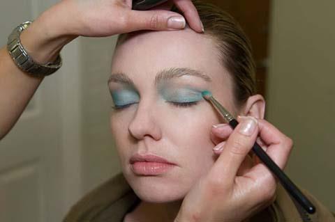 Daha sonra turkuvaz rengi bir farı göz kapaklarınıza uygulayın.