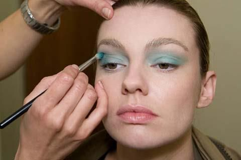 Uyguladığınız farı fırça yardımıyla göz kapağınızın kenarlarına ve üstüne doğru dağıtın.