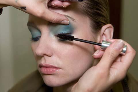 Son olarak kirpiklerinizi dolgunlaştıracak bir rimel sürerek makyajınızı tamamlayın.