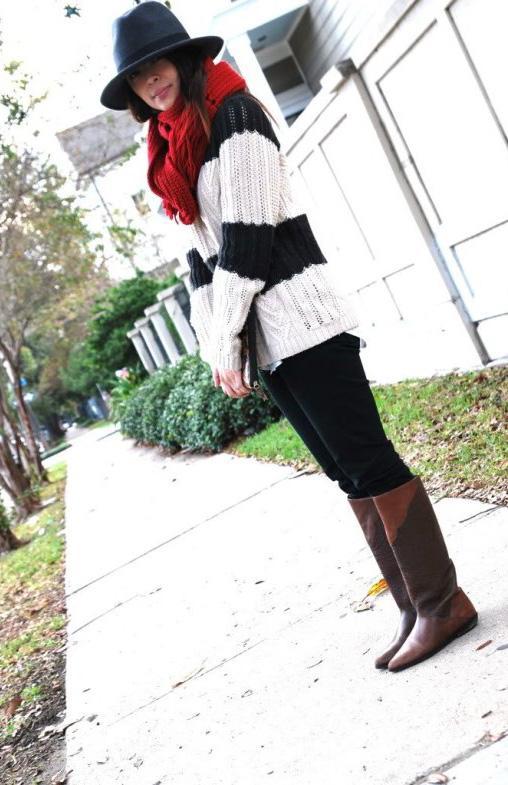 Siyah-beyaz kazağınızı kırmızı bir şal ve kahverengi çizmelerinizle tamamlayabilirsiniz