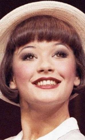 Catherine Zeta Jones'un dişleri zaten fena değilmiş.