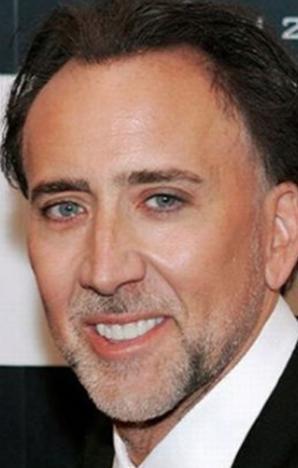 Aktör dişlerine düzenli olarak bakım yaptırıyor.