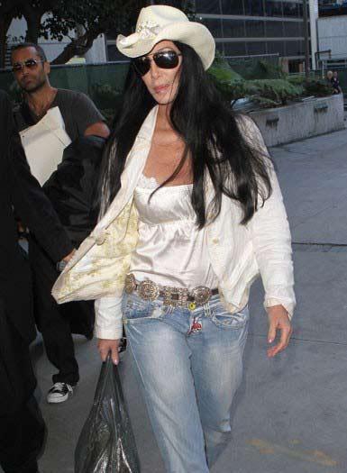 Amerikalı ünlü şarkıcı Cher, 63. yaşını kutlarken düzgün fiziğiyle dünyayı hayrete düşürüyor.