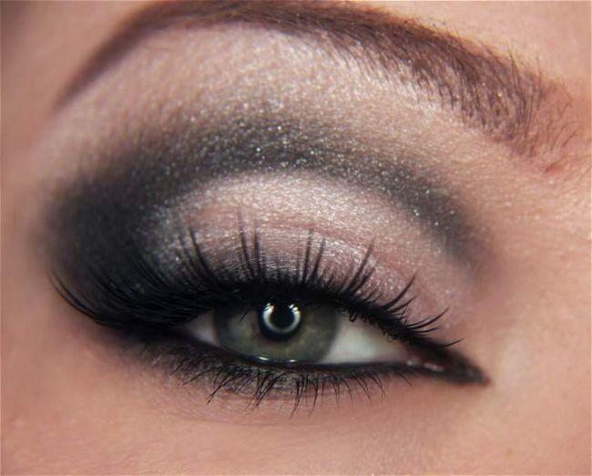 Son olarak kirpiklerinizi yoğunlaştıracak bir rimelle gölgeli göz makyajınızı tamamlayın.