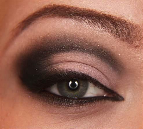 Ucunu koyu renk bir far sürerek yoğunlaştırabilir ve dağıtmaya devam edebilirsiniz. Ardından göz kapağınızın üzerine siyah bir kalem çekin.