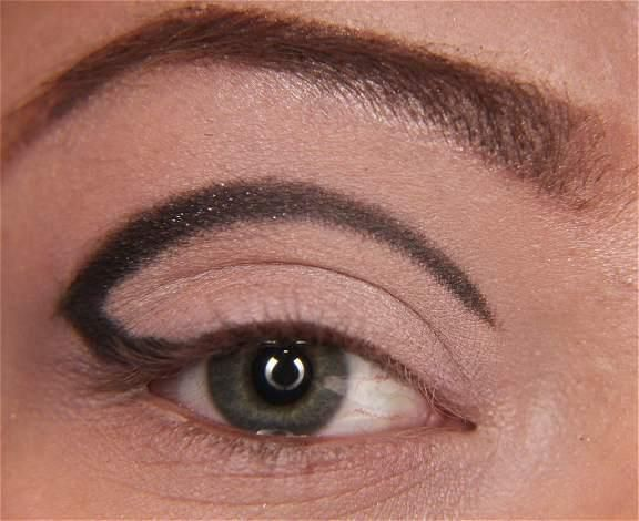 Bu çizgiyi daha kalın bir göz kalemiyle belirginleştirin.