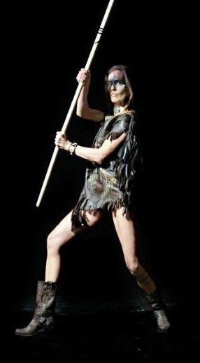 Merve İldeniz modacı ve tasarımcı Tülin Öztürk'ün Kızılderili kıyafetleri kataloğu için objektif karşısına geçti.