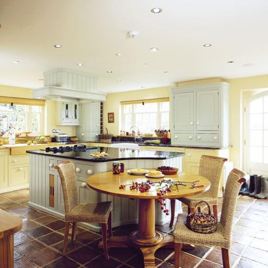 Mutfağınızın dekoru kadar kullandığınız renkler de önemlidir. Mutfakları daha yaşanabilir mekanlar haline dönüştürebilmek için en iyi mutfak renklerini araştırdık. İşte en iyi ton seçenekleri...  Sıcak ve modern görünümlü bir mutfak için gün ışığı sarısı, beyaz ve hasır mobilyaları tercih edebilirsiniz. Birbirine yakın sıcak tonlar mutfağınızın aydınlık görünmesini sağlayacaktır.  Moda Kanalları Editörü: Burcunur YILMAZ
