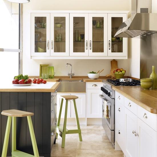 Modern ve sofistike bir görünüm için, dekorasyonda ağırlıklı olarak beyaza yer verin. Kontrast oluşturmak için koyu griden ve zeytin yeşilinden yardım alabilirsiniz.