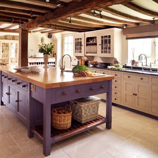 Açık renk tahtalar, beyaz ve mor dolaplar mutfağınızın bir kır evi esintisine kavuşmasını sağlayacaktır. Doğal tarzdan hoşlanıyorsanız, bu renkler ideal...