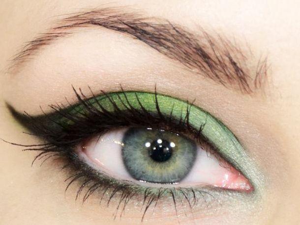 Yeşilin büyüleyici renklerinin başarıyla kullanıldığı bu göz makyajını nasıl yapacaksınız? Çok basit! Fotoğrafları adım adım takip edin ve kuaföre gitmeden kendiniz bu makyajın aynısını yapın!