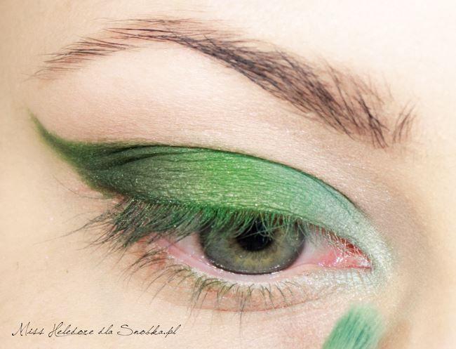 Göz kapağınızın ucuna maviye yakın bir yeşil tonunda başka bir far sürün.