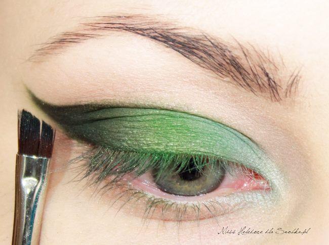 Daha sonra göz kapağınızın uç kısmına bir fırça yardımıyla koyu renk farınızı gezdirin.