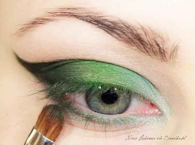 Göz kapağınızın ucuna sürdüğünüz yeşil farınızı göz kapağınızın altına da sürün.