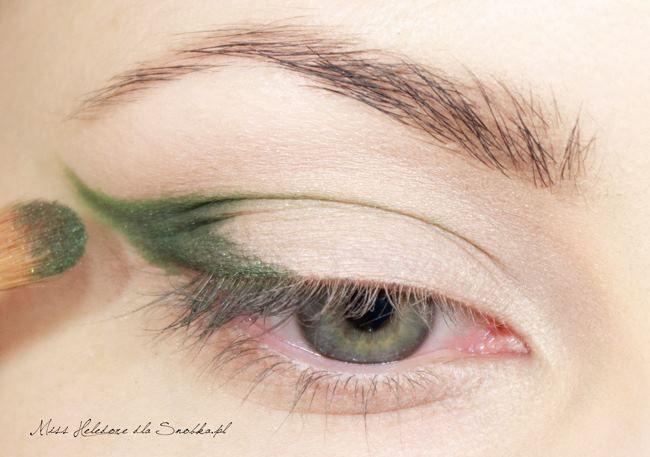 Daha sonra bu çizginin içini daha koyu bir yeşille boyayın.