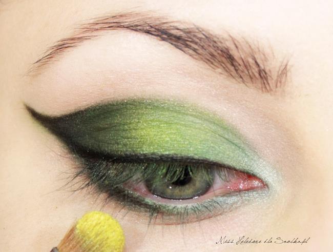 Daha sonra göz kapağınızın orta kısmına gelecek şekilde açık sarı bir far sürün.