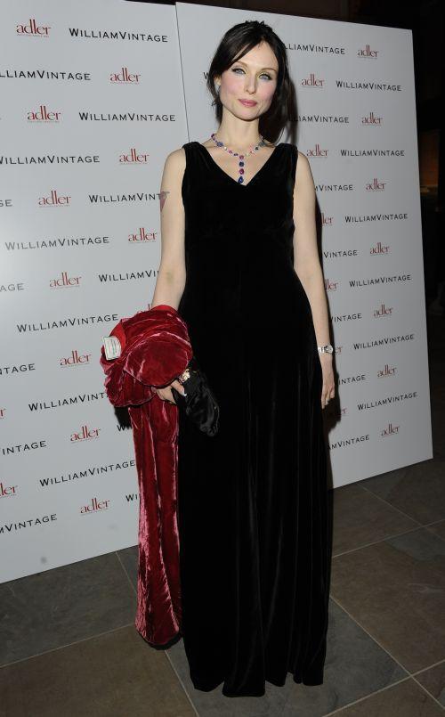 Sophie Ellis Bextor 1930'lu yıllardan kalma bir vintage elbise giyiyor.