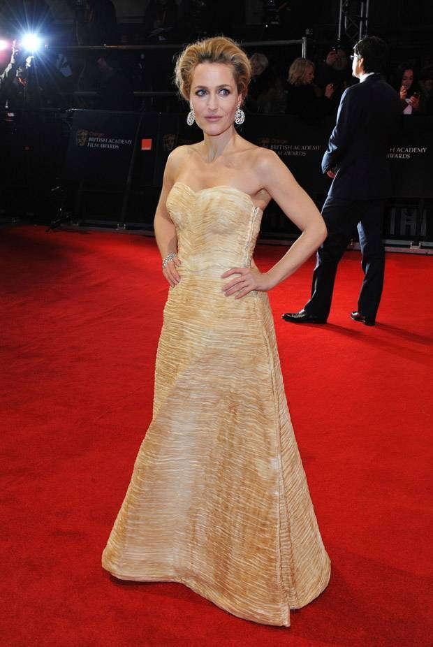Gillian Anderson kırmızı halıda Vintage tercih eden ünlülerden. X-files dizisinin yıldızı 1956 yılından kalma bir Sybil Connolly giyiyor.