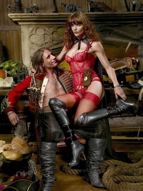 Helena Christensen Agent Provocateur markası için bir korsan kraliçesini canlandırdığı birbirinden seksi pozlar vermişti.