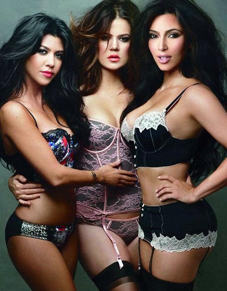 Kim, Kourtney ve Khloe Kardashian kendi koleksiyonları Kardashian Kollection için kamera karşısına geçti.