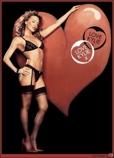 Kylie Minogue kendi iç çamaşırı markası Love Kylie'nin tanıtım fotoğraflarında da yer aldı.