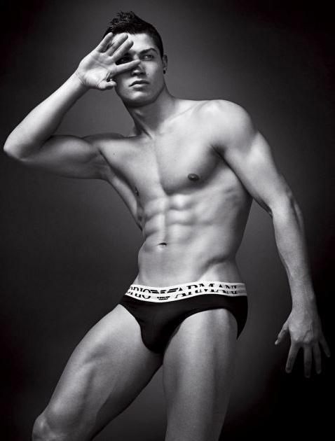 Portekizli futbolcu Cristiano Ronaldo Armani markasının iç çamaşırları için kamera karşısına geçmişti.