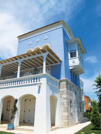 Caroline Koç Haremlique markasının ortağı Caroline Koç, sade dekorasyonuyla dikkat çeken Alaçatı Port 'taki evinin kapılarını InStyle Home dergisine açtı.