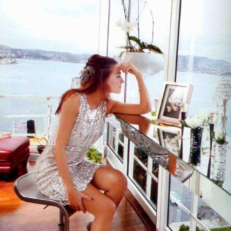 Ebru Akel Ünlü sunucu Ebru Akel boğazın eşsiz manzarasına tanıklık eden ve 360 derece İstanbul'u izleme imkanı sunan evinin kapılarını Marie Claire Maison dergisine açtı.