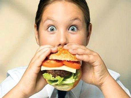 """Obeziteyle mücadelenin en iyi yolunun, diyet yapmak, egzersiz ve yaşam tarzı değişikliği olduğunu dile getiren Özgüç, şunları söyledi:  """"Beden Kitle İndeksi 35'in üzerinde olan kişilerde cerrahi zayıflatma işlemi yapılabiliyor. Birçok hastaya diyet ve egzersizle birlikte ilaç da verilebiliyor. Bu ilaçların bir kısmı iştahı azaltıyor, bir kısmı yağ emilimini bozuyor. Diyet, egzersiz ve ilaçlarla kilo vermek mümkün. Ne yazık ki aşırı kilosu olanlar, doğal yollardan normal kiloya dönme konusunda sabırlı olamıyor ve diyetler çoğunlukla başarısızlıkla sonuçlanıyor."""