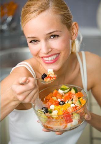 """1) Yanında karbonhidrat almadığınız yüksek proteinli yemeklerden sonra, uyumakta güçlük çekebilirsiniz. Yüksek proteinli yiyeceklerde bol miktarda tirozin bulunur ve bu beyni """"uyanık"""" tutmaya yarayan bir amino asittir. Etlerin yanında tam tahıllı makarna ya da kepekli pirinç yemeyi deneyin."""