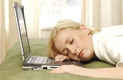 9) Sigarayı azaltın. Yatmadan sigara içince kendinizi gevşemiş gibi hissetseniz de, bir süre sonra uykusuzluğa neden olur. Nikotinin etkisi tıpkı kafein gibidir ve vücudunuzda 14 saat etkili olur.