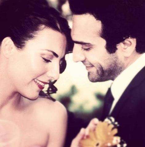 Burcu Kara ile Buğra Gülsoy'un nişan fotoğrafları önce sosyal paylaşım sitelerinde takipçileriyle buluştu.