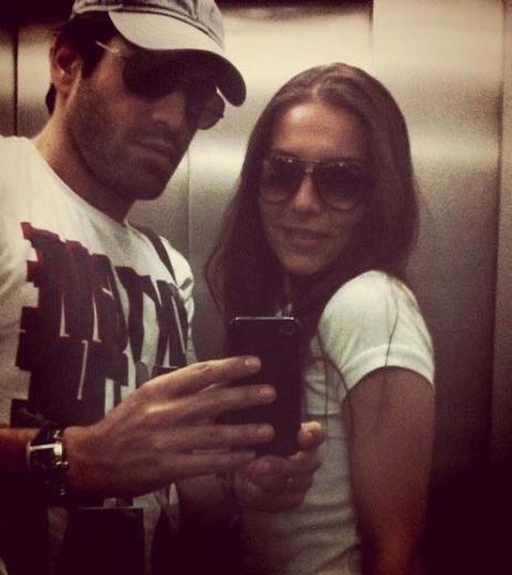 Buğra Gülsoy ve Burcu Kara asansörde kaldıklarında bile fotoğraf çekip Twitter'da paylaştı.