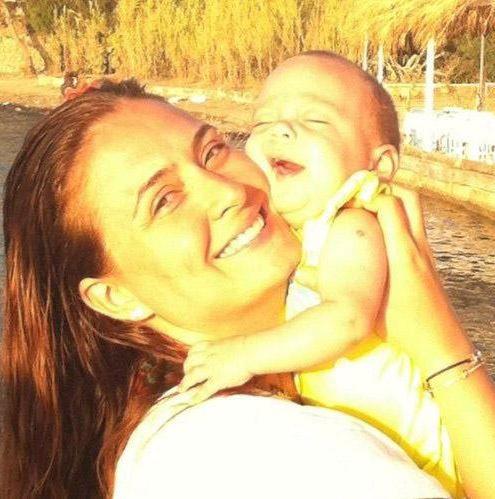 Ceyda Düvenci, zaman zaman minik kızı Melisa ile çekilen fotoğraflarını paylaşıyor.