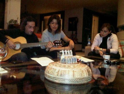 Ergen ve dostlarının müzikli sohbeti.