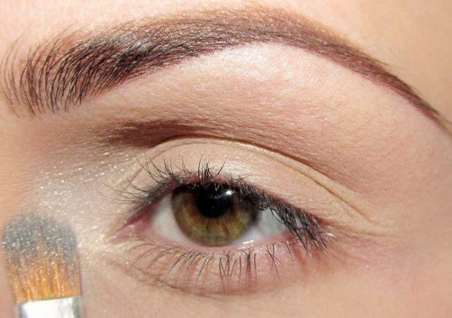 Öncelikle açık tonda bir farı fırça yardımıyla göz kapağınıza sürün.