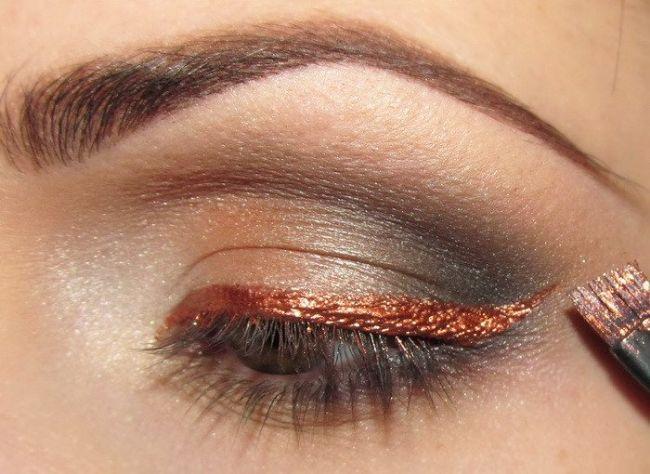 Ardından pastel tonlarda bir rengi göz kapağınızın üzerine ister parlak bir göz kalemiyle ister fırça yardımıyla çekin.