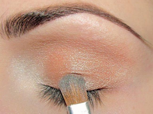 Daha sonra toprak tonlarında soft bir rengi göz kapağınıza uygulayın.