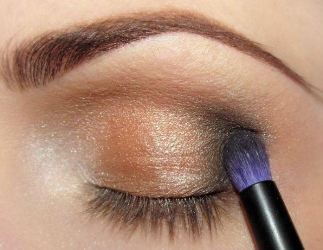 Göz kapağınızın uç kısmına koyu renk bir far uygulayın.