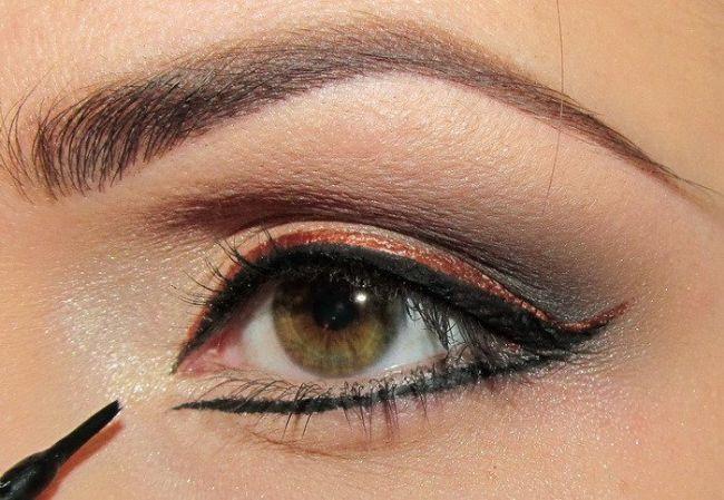 Çektiğiniz siyah çizgiyi alt göz kapağınıza da çekin.