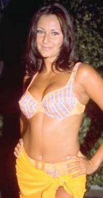 1994'te Türkiye güzeli seçildi. İşlerinin yoğun olması nedeniyle öğrenimini yarıda bıraktı.